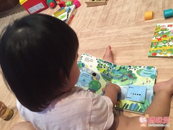 一般平面的童書已經不能滿足求知若渴的霓霓寶貝囉臺灣麥克的快樂寶寶動動書,讓寶貝好專注呢!